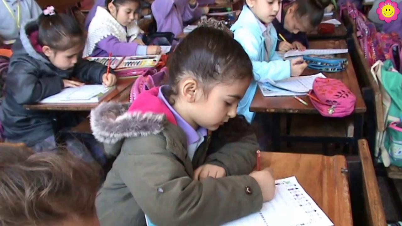 1-E Sınıfı 23 Nisan Şiirini yazıyor.